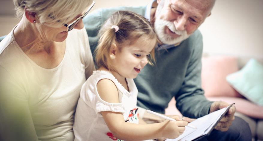 Grands-parents et petite fille